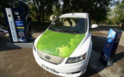 Tres empresas se disputan licitación de proveedores de taxis eléctricos en Región Metropolitana