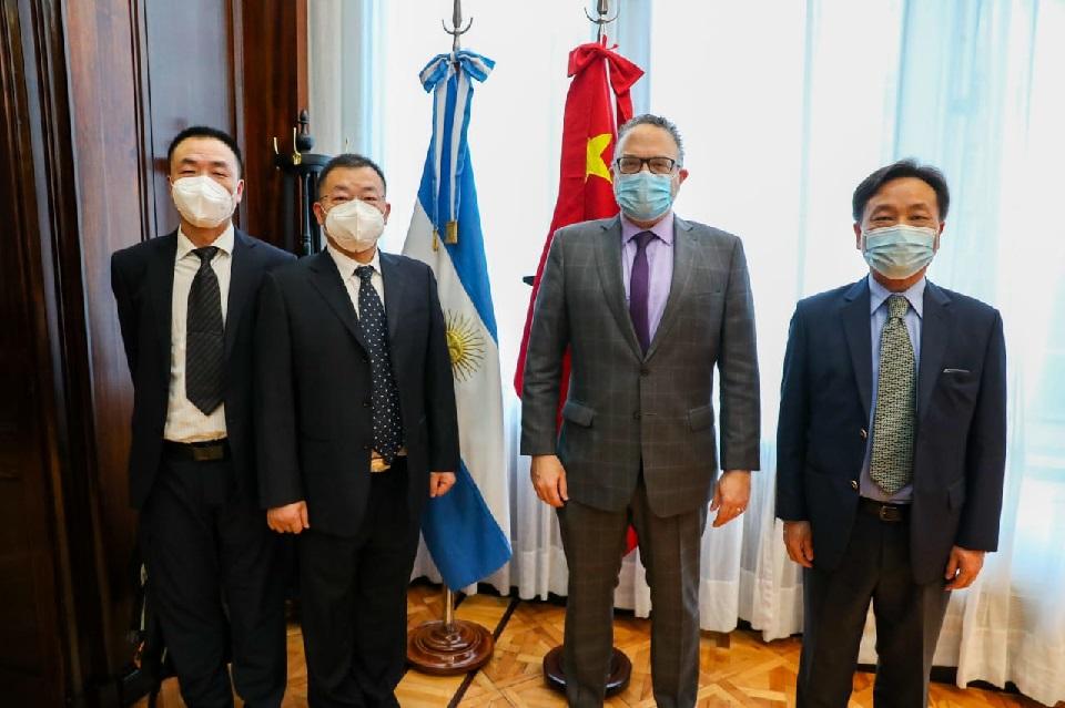 Kulfas recibió al CEO de Jiankang para avanzar en la fabricación de buses eléctricos y baterías de litio