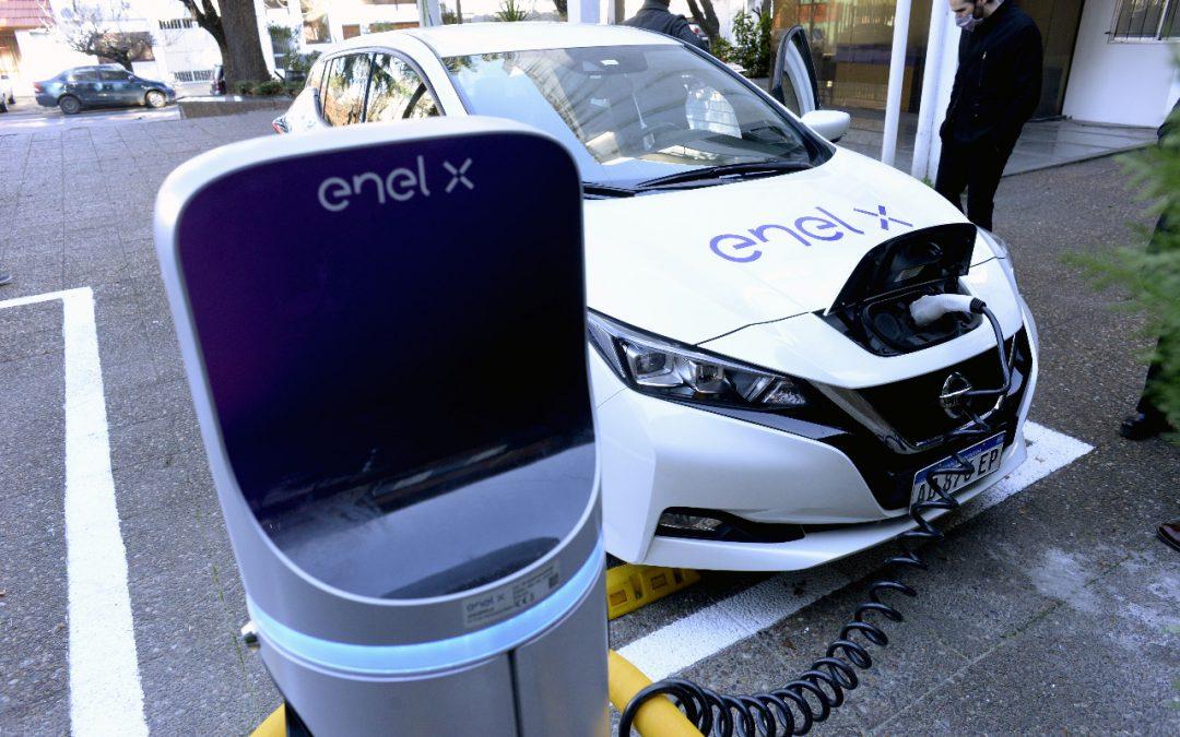 Enel X instala el primer cargador para autos eléctricos en un organismo público de Argentina