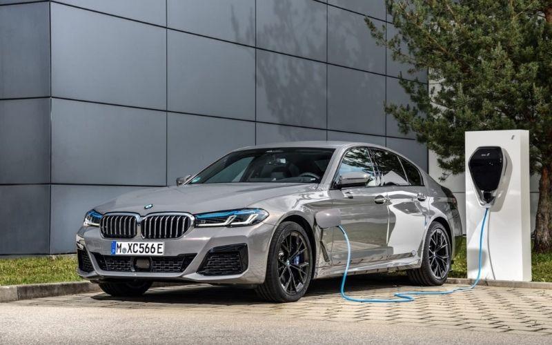 ¿Híbridos o eléctricos? Tres ejecutivos de BMW, Toyota y Stellantis contaron sus planes de negocio