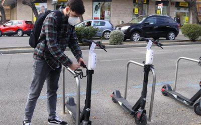 Crece el mercado y las empresas piden a los gobiernos estaciones de carga para patinetes eléctricos